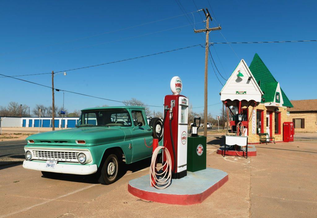 Coche repostando en una gasolinera de la ruta 66.