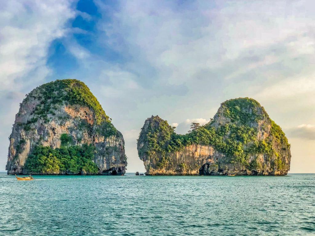 Mejores islas de Tailandia con el sol de fondo.