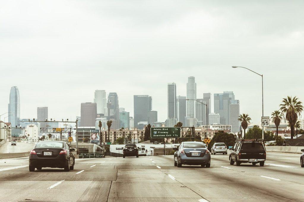 Una carretera de Los Ángeles con la ciudad al fondo.