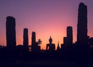 Buda en las ruinas de Tailandia al atardecer.