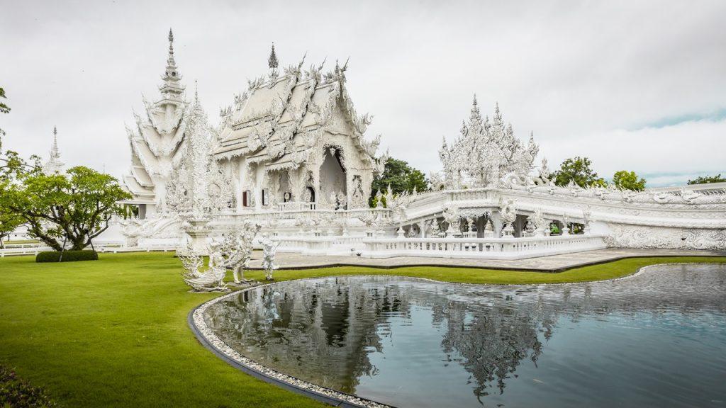 Jardines del Templo Blanco de Chiang Rai.