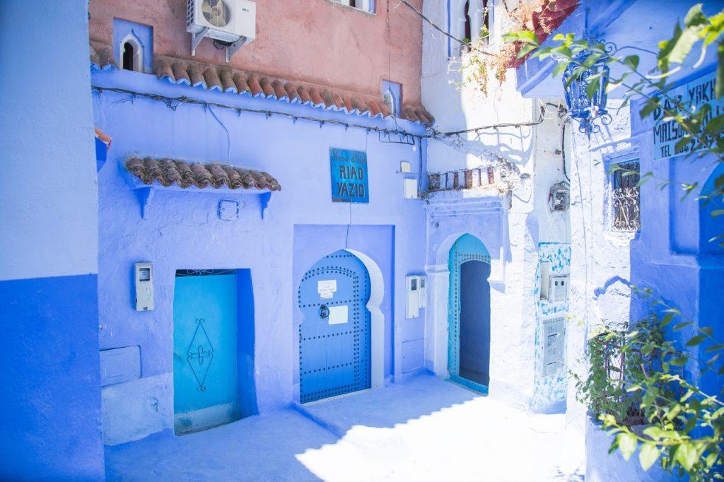 Las parede y puertas de madera encaladas de azul de Chauen son un atractivo visitado por miles de turistas.