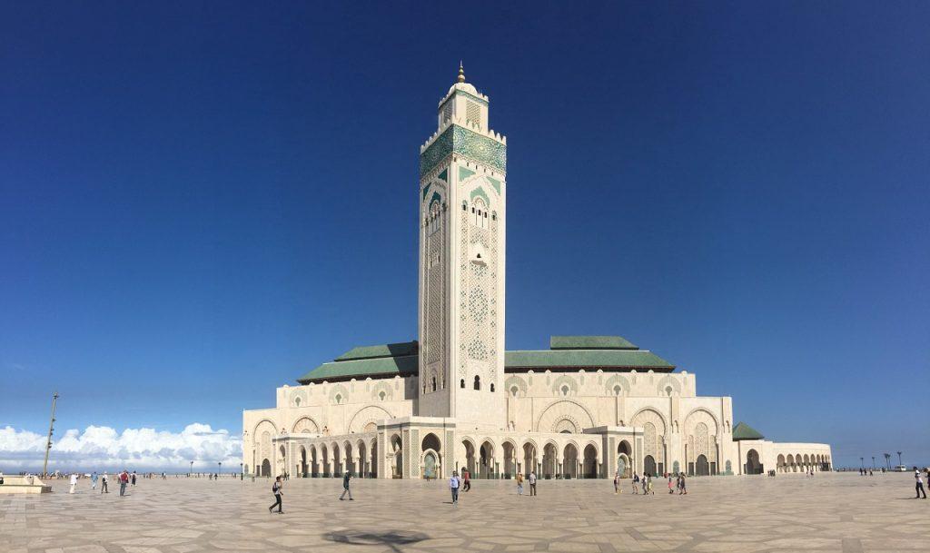 La imponente mezquita de Hassan II recibe a muchos turistas en Casablanca.