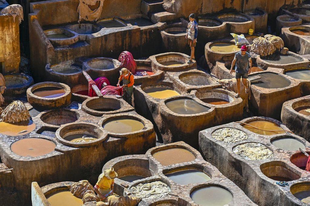 Las famosas (y malolientes) curtidurías de Fez son uno de los mejores lugares para visitar en Marruecos.