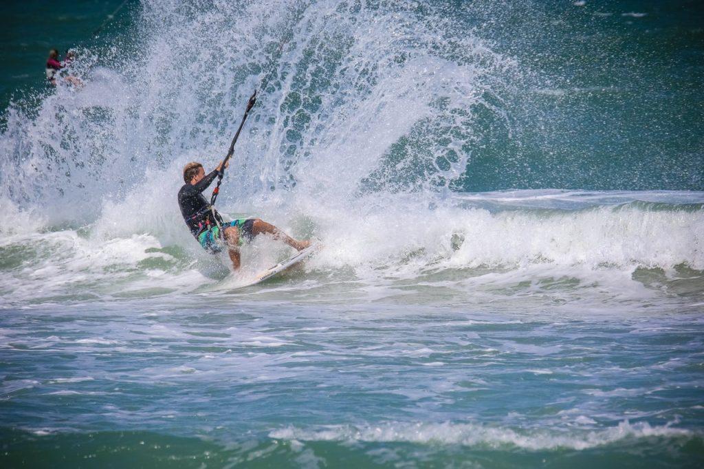 La práctica de kitesurf es habitual en Agadir y es recomendable hacerlo asegurado.
