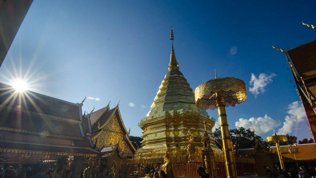 Sube hasta la cima del Doi Suthep y admira las relucientes pagodas que posee.