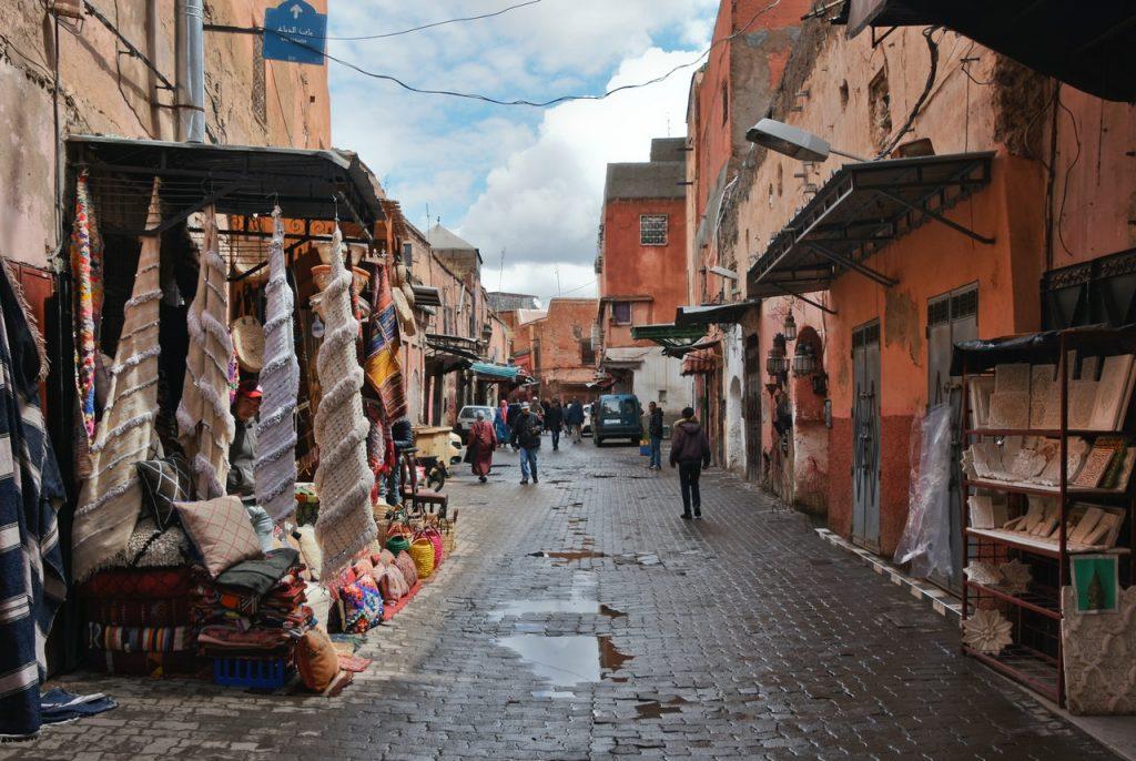 Las callejuelas de Marrakech, con sus innumerables puestos, son toda una experiencia.