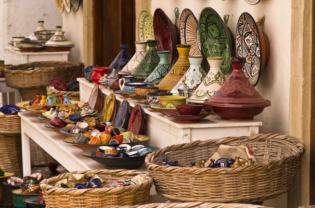 Marrakech, conocida como la ciudad roja, reúne cientos de puestos de venta en su zoco y en la plaza Jemaa el Fna.