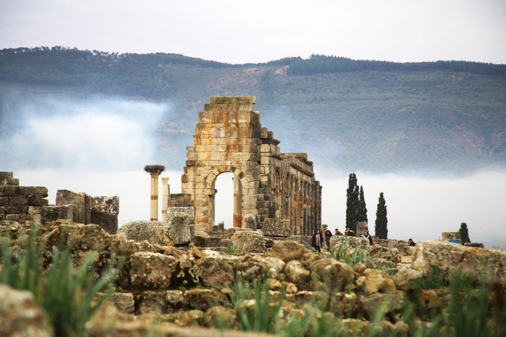 Volubilis reúne ruinas en muy buen estado de una antigua ciudad romana en Marruecos.