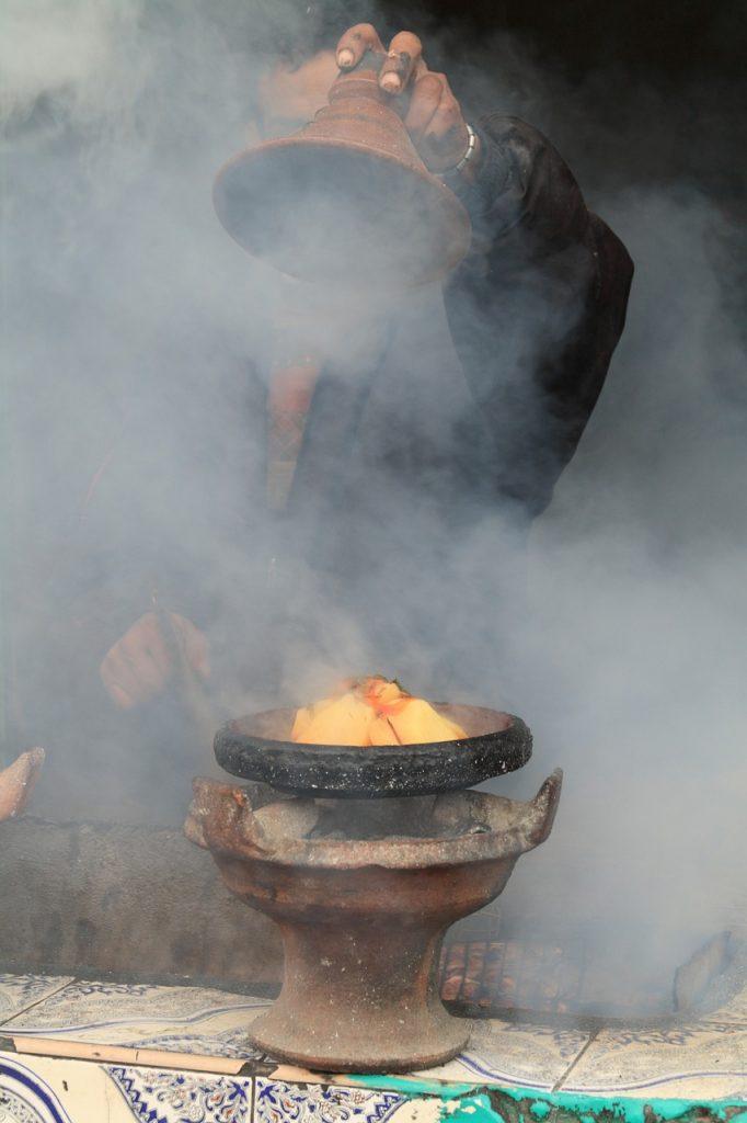 Los tajines a base de cuscús son un plato típico de Marruecos que te enamorará. Pero cuidado con el lugar donde los comes.